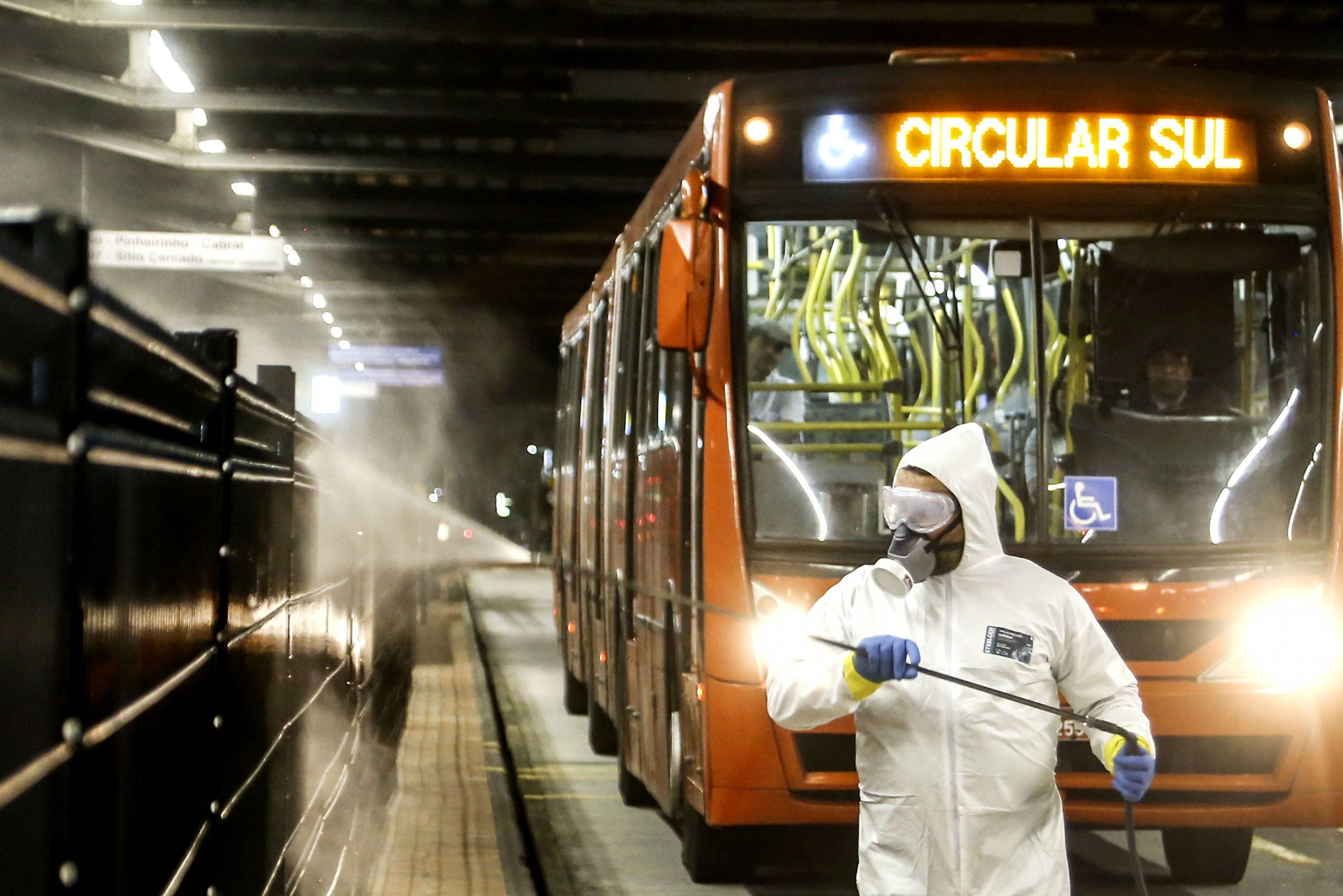 Agravamento da pandemia leva Curitiba de volta à bandeira laranja